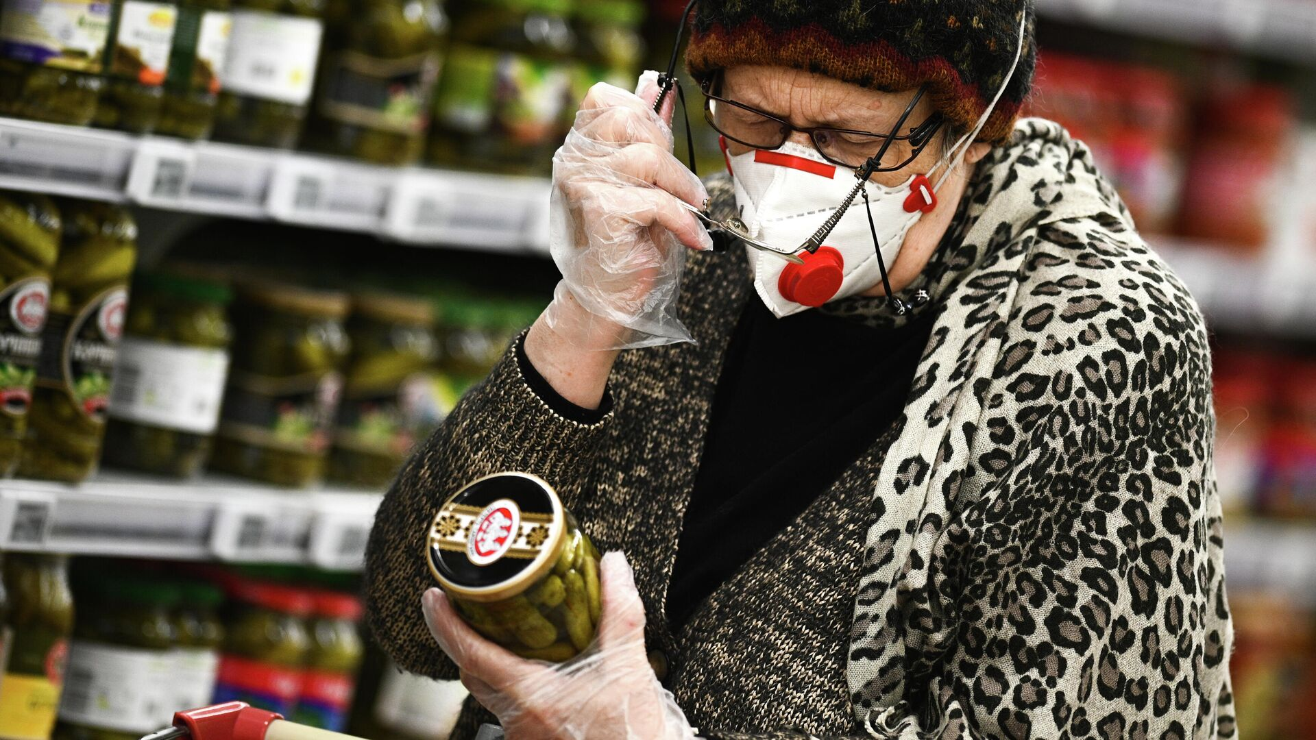 Покупатель выбирает маринованные огурцы в гипермаркете Ашан - РИА Новости, 1920, 05.03.2021