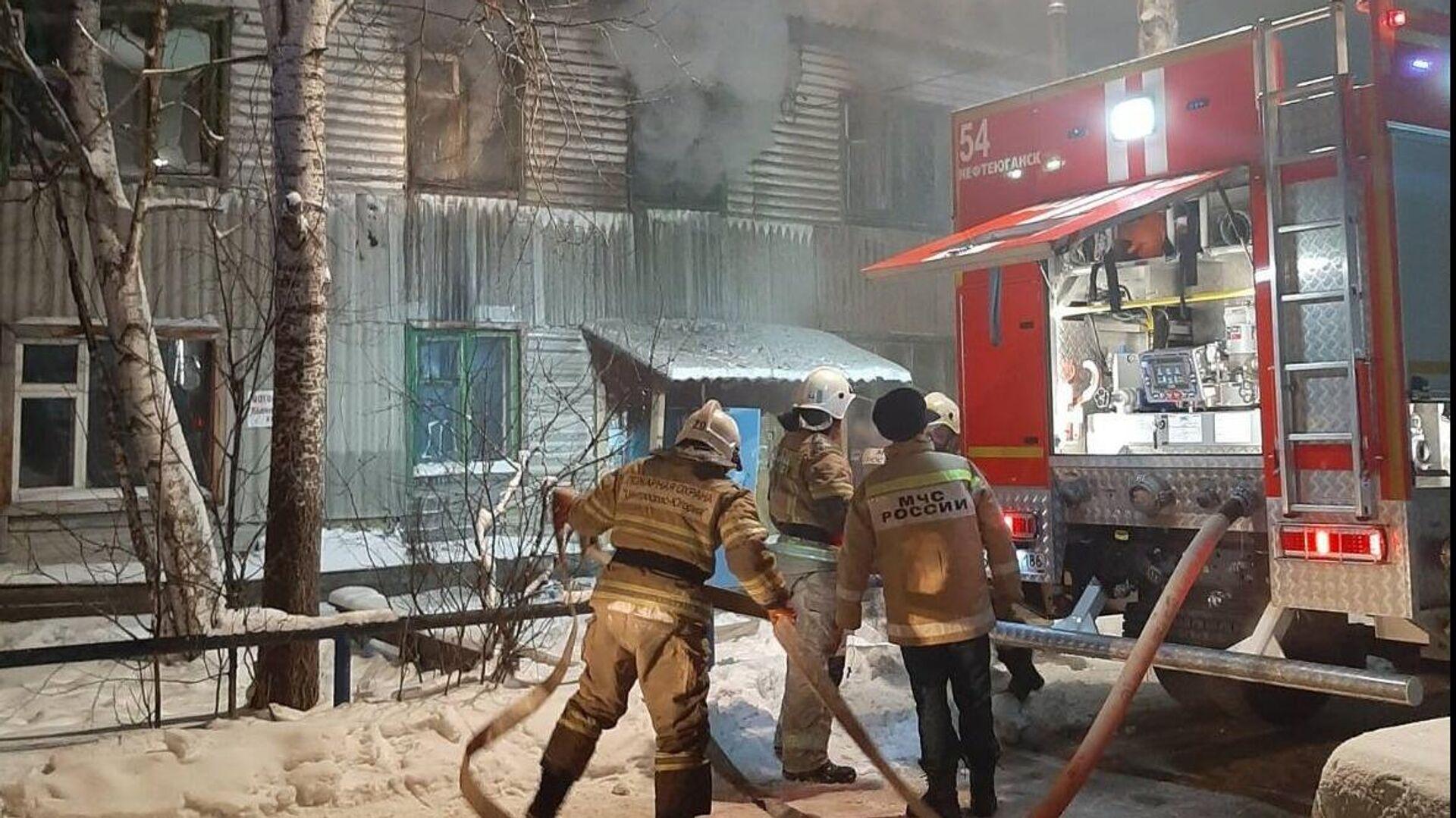 Сотрудники МЧС во время ликвидации пожара в Нефтеюганске - РИА Новости, 1920, 15.01.2021