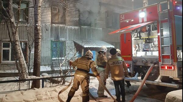 Сотрудники МЧС во время ликвидации пожара в Нефтеюганске