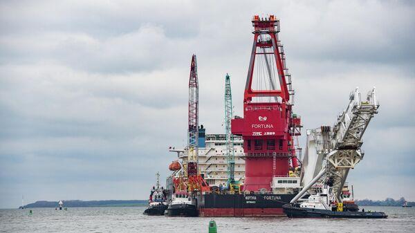 Судно-трубоукладчик Фортуна покидает порт Висмар