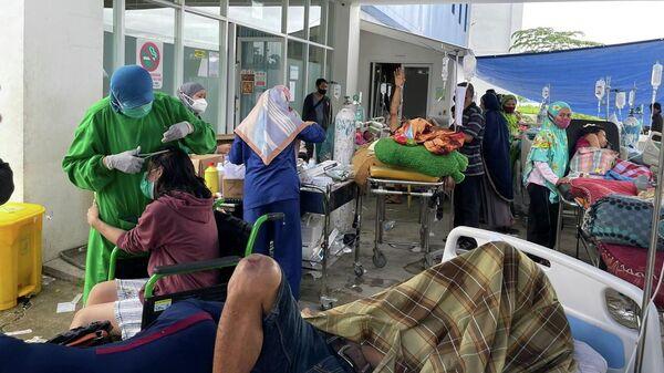 Раненые люди возле отделения неотложной помощи, после землетрясения в Мамудж, Индонезия