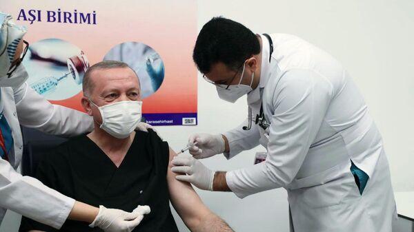 Президент Турции Тайип Эрдоган во время вакцинации от коронавируса вакциной Sinovac CoronaVac в городской больнице Анкары