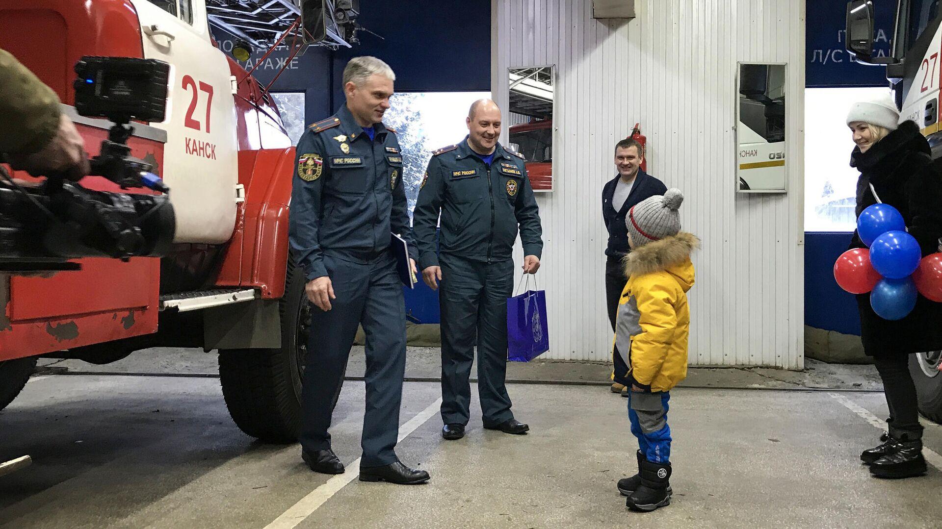 Пожарные исполнили мечту 5-летнего жителя Канска Прохора - РИА Новости, 1920, 15.01.2021