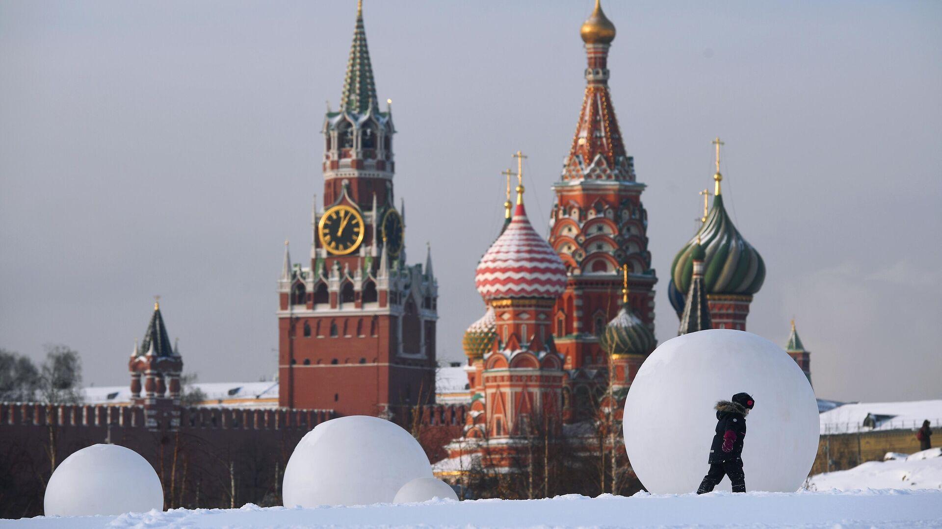 Покровский собор и Спасская башня Кремля - РИА Новости, 1920, 03.02.2021