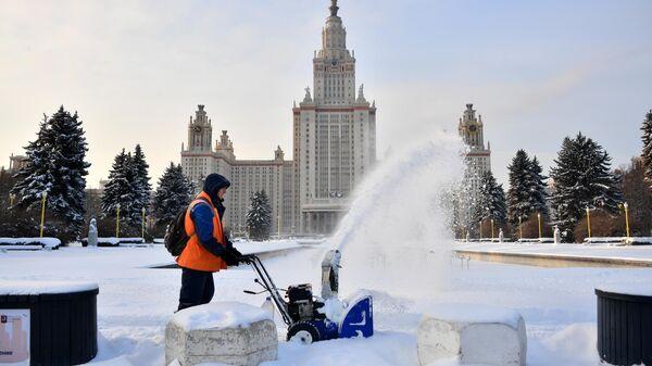 Уборка снега у здания Московского государственного университета имени М. В. Ломоносова в Москве