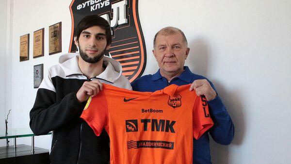 Защитник Урала Арсен Адамов (слева)