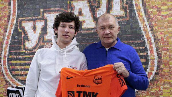 Полузащитник Урала Рамазан Гаджимурадов (слева)