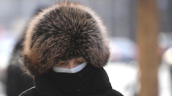 Женщина на одной из улиц в центре Москвы