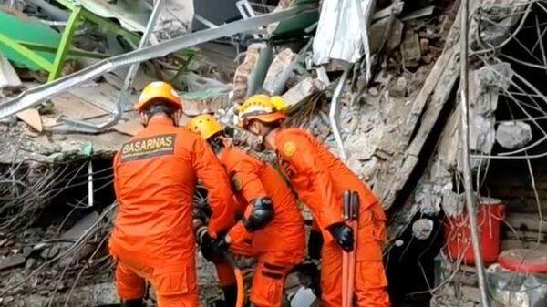 Разбор завалов после землетрясения в Индонезии