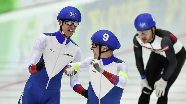 Слева направо: Данила Семериков (Россия), Руслан Захаров (Россия) и Харальдс Силовс (Латвия) после заезда в масс-старте среди мужчин на чемпионате Европы по конькобежному спорту на отдельных дистанциях в Конькобежном центре Коломна.