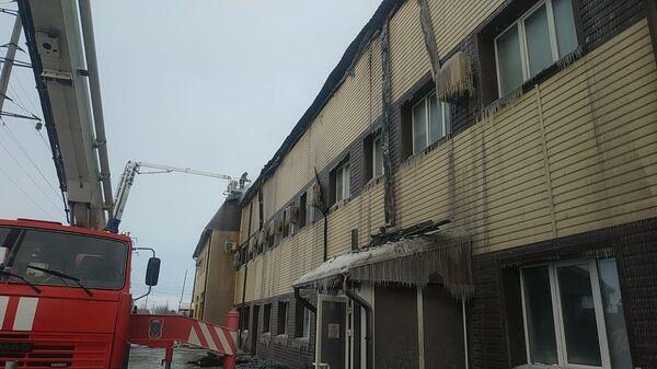На месте пожара в здании автомобильного бокса в Кировском округе города Омска