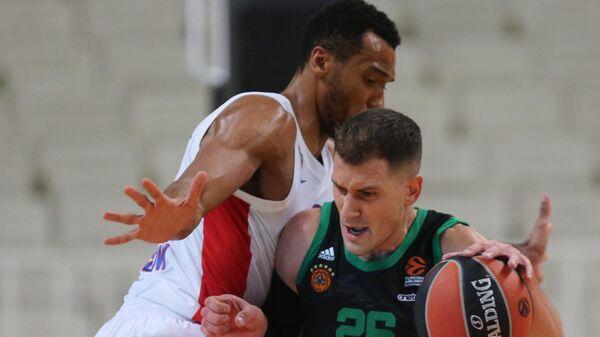 Игрок Панатинаикоса Неманья Недович (справа) в матче 6-го тура регулярного чемпионата мужской баскетбольной Евролиги сезона 2020/2021 между БК Панатинаикос (Афины, Греция) и ПБК ЦСКА (Москва, Россия).