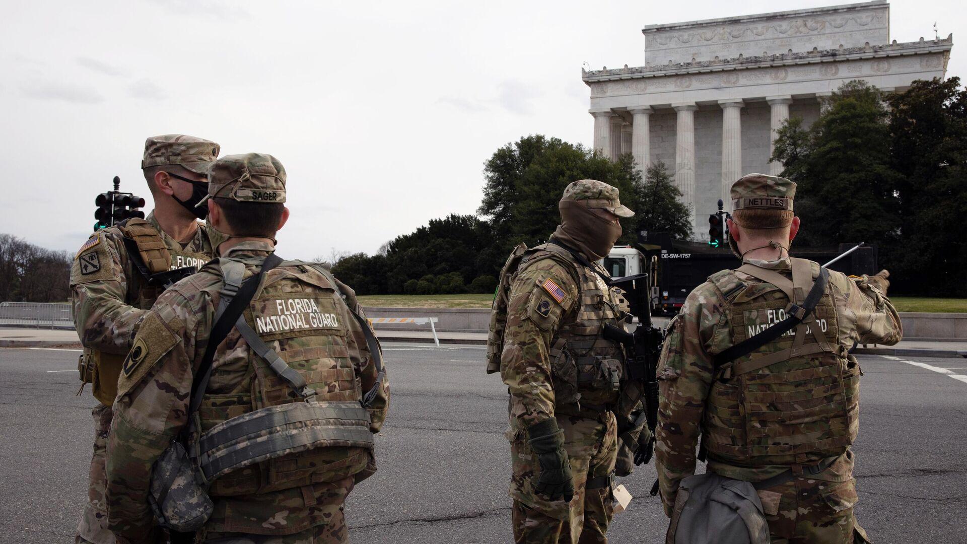 Военнослужащие Национальной гвардии дежурят на одной из улиц неподалеку от здания Капитолия в Вашингтоне - РИА Новости, 1920, 18.01.2021