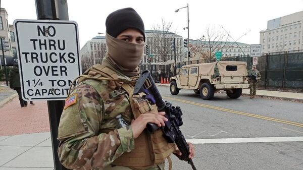 Военнослужащий Национальной гвардии неподалеку от здания Капитолия в Вашингтоне