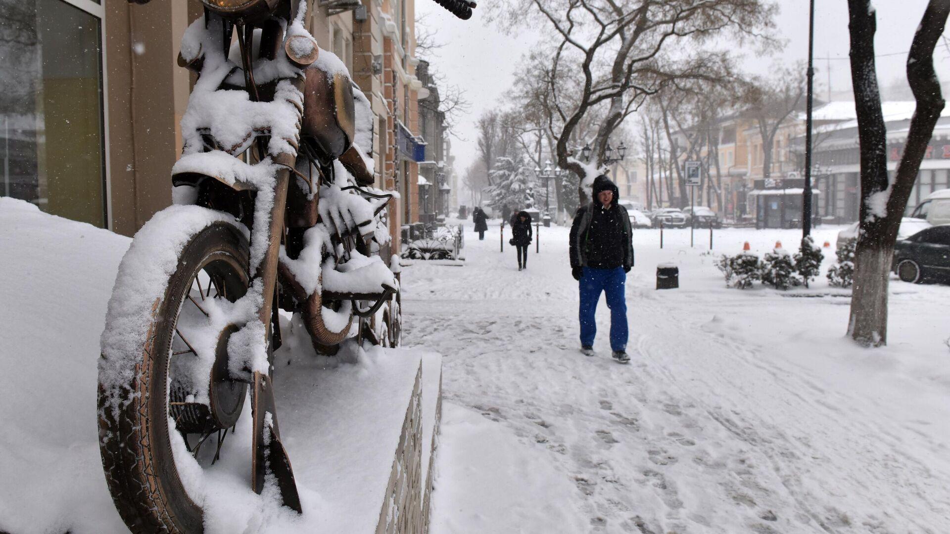 Прохожие на одной из улиц в Симферополе - РИА Новости, 1920, 19.01.2021