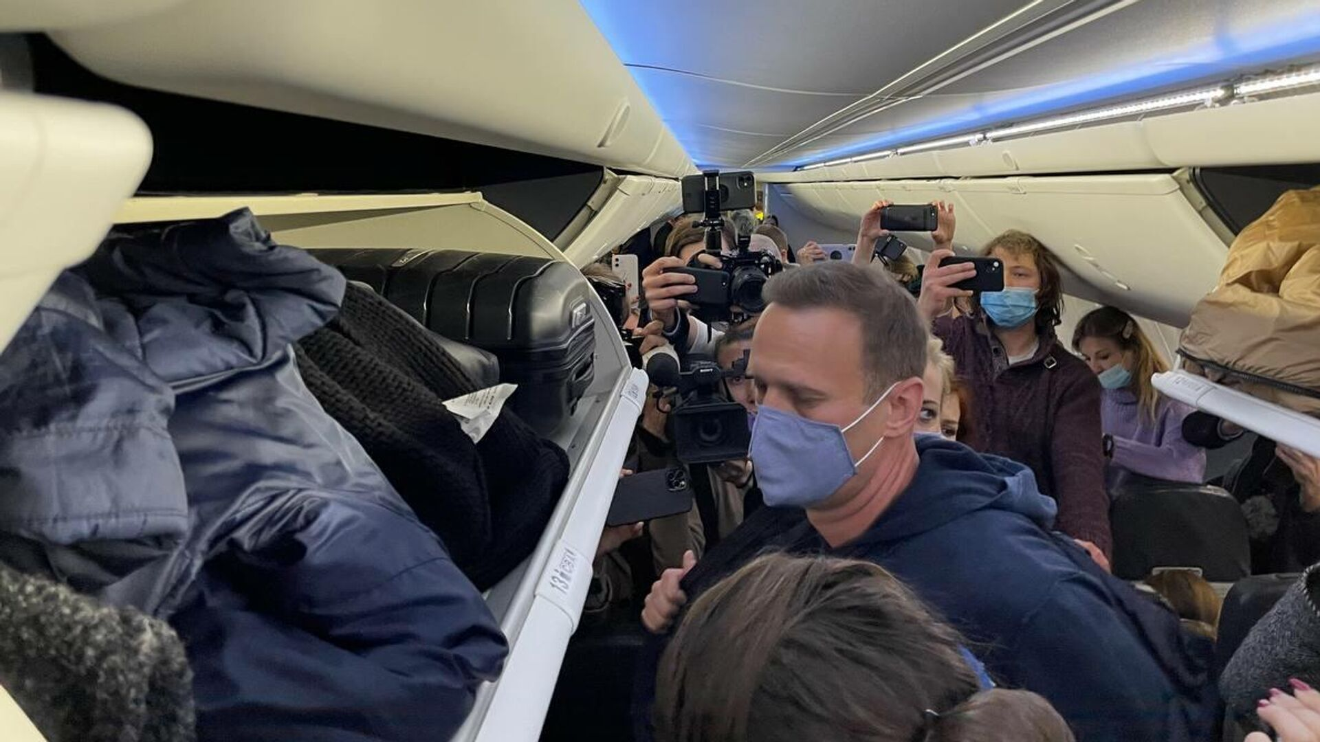 Алексей Навальный в салоне самолета авиакомпании Победа - РИА Новости, 1920, 24.01.2021
