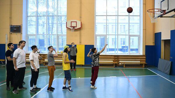 Учащиеся на уроке физкультуры в школе №429 в Москве
