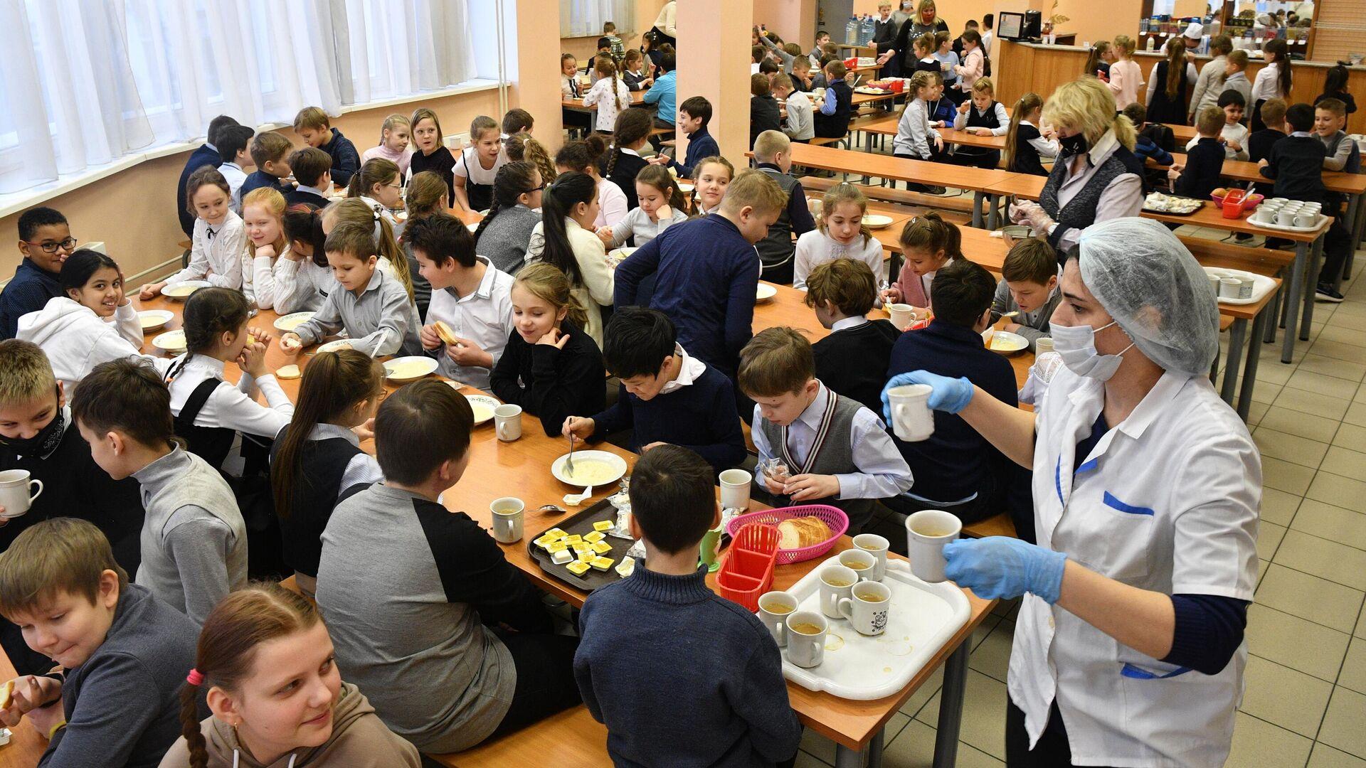 Учащиеся в столовой во время завтрака в школе №429 в Москве - РИА Новости, 1920, 25.01.2021