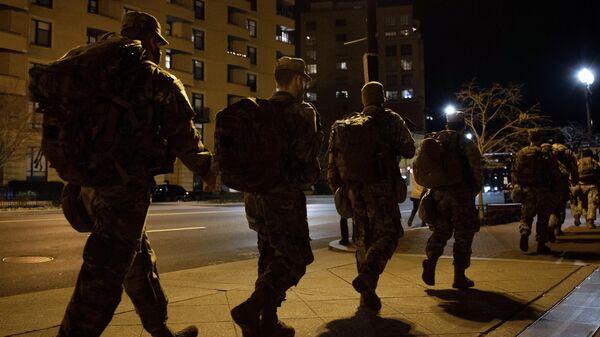 Военнослужащие Национальной гвардии на одной из улиц неподалеку от здания Капитолия в Вашингтоне