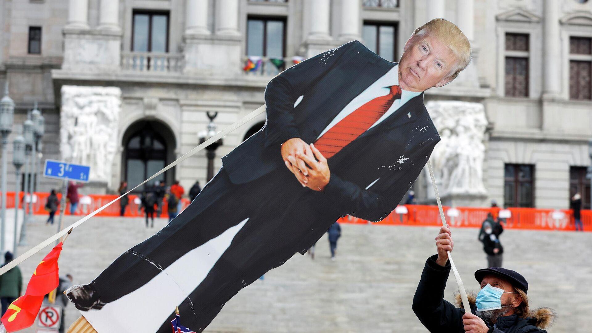 Картонная фигура с изображением президента США Дональда Трампа у Капитолия штата Пенсильвания в Харрисберге - РИА Новости, 1920, 20.01.2021