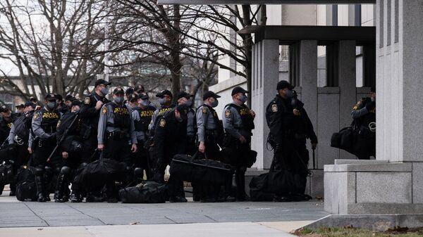 Группа полицейских входит в здание Капитолия штата Пенсильвания в Гаррисберге