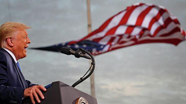 Президент США Дональд Трамп во время выступления в Джексонвилле