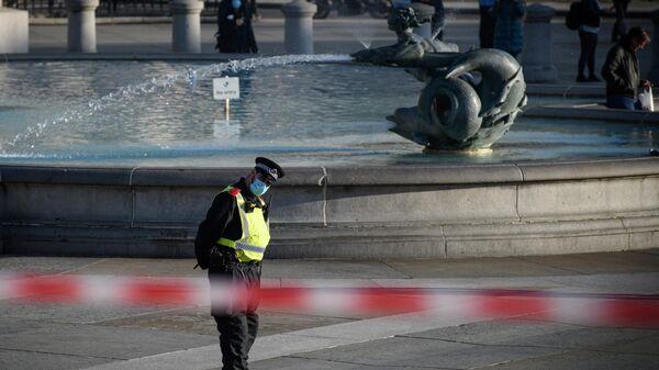 Сотрудник полиции на Трафальгарской площади в Лондоне