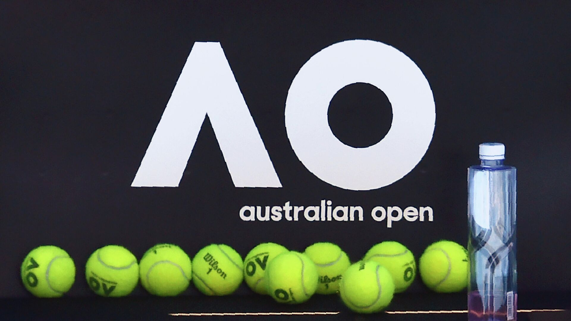 Official tennis balls for the Australian Open are seen on a chair during a practice session ahead of the Australian Open tennis tournament in Melbourne on January 14, 2018. (Photo by PAUL CROCK / AFP) / -- IMAGE RESTRICTED TO EDITORIAL USE - STRICTLY NO COMMERCIAL USE -- - РИА Новости, 1920, 19.01.2021