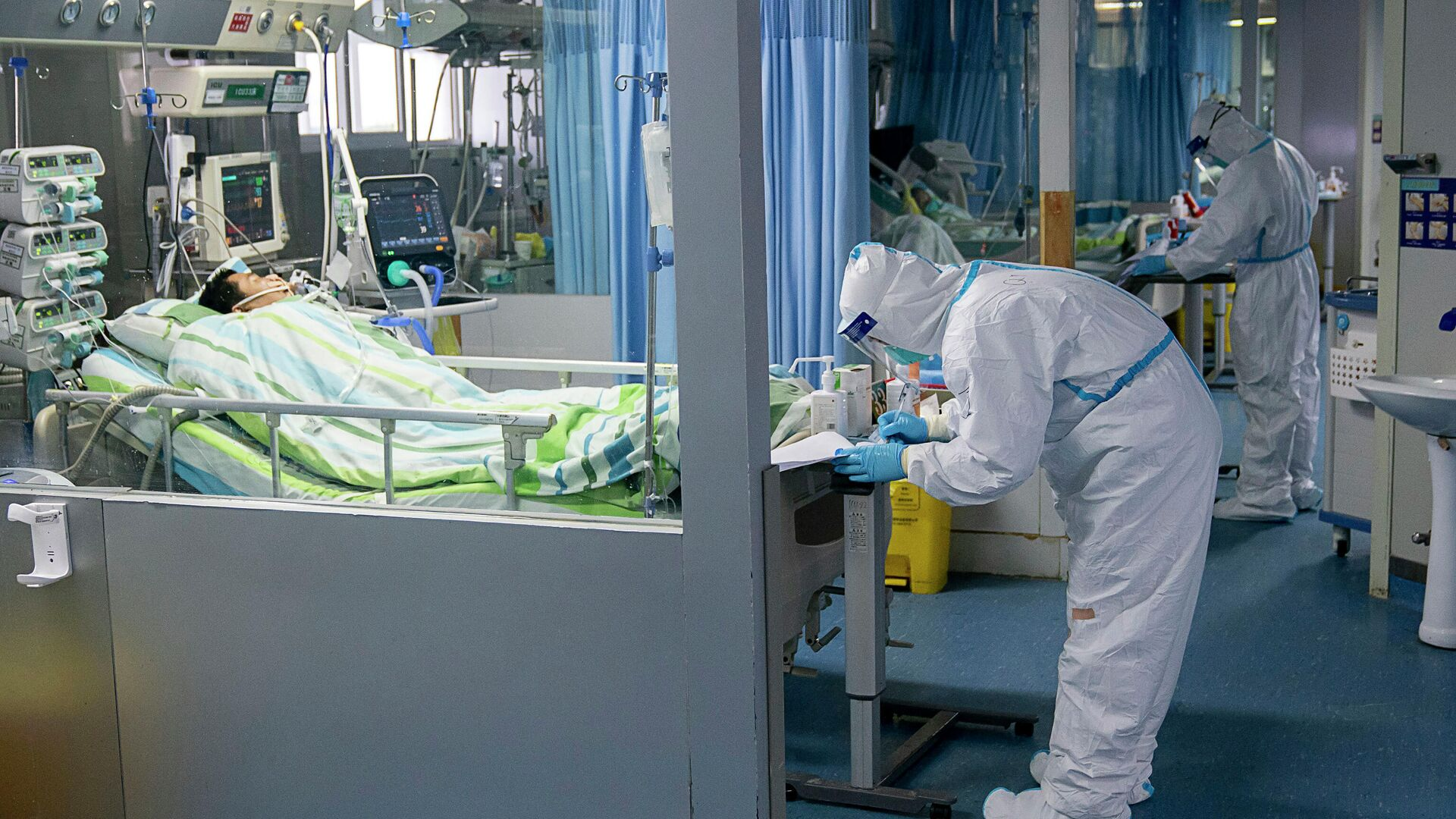 Медицинские работники и пациенты в палате интенсивной терапии в больнице города Ухань, КНР - РИА Новости, 1920, 30.05.2021