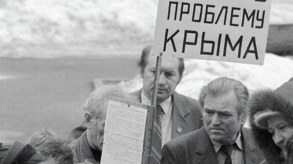 Делегаты IV съезда партии Российского Общенационального Союза собирают подписи в поддержку автономии Крыма