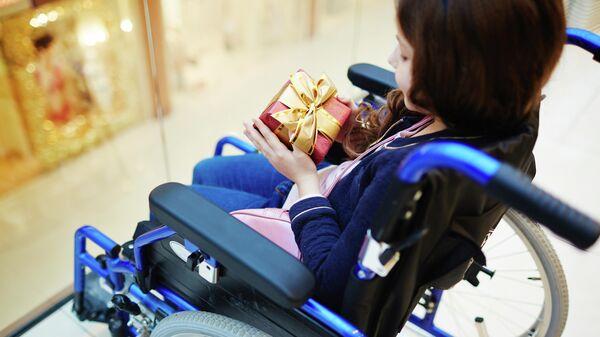 Девочка в инвалидном кресле