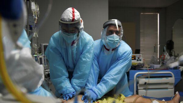 Медицинский персонал в госпитале для пациентов с COVID-19 United Memorial Medical Center в Хьюстоне, штат Техас, США