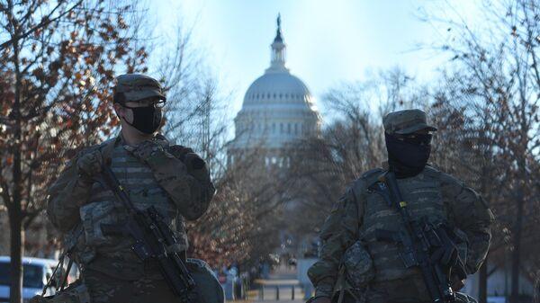 Сотрудники Национальной гвардии возле здания Капитолия в Вашингтоне