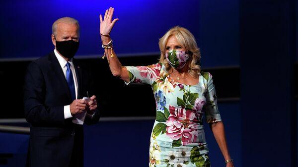 Кандидат в президенты США Джо Байден с супругой Джилл  после финальных дебатов в Нашвилле