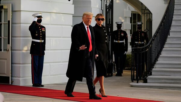 Президент США Дональд Трамп и его супруга Меланья покидают Белый дом