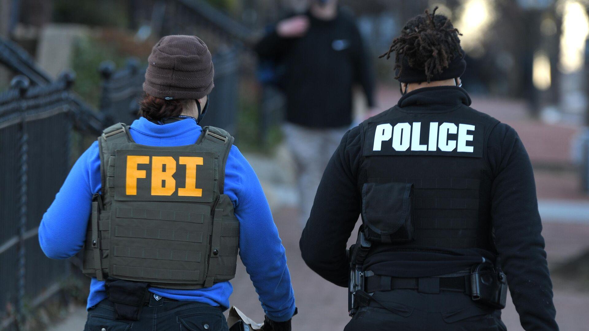Сотрудники ФБР и полиции у здания Капитолия в Вашингтоне - РИА Новости, 1920, 03.03.2021