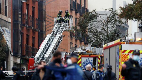 Пожарные на месте взрыва здания в Мадриде