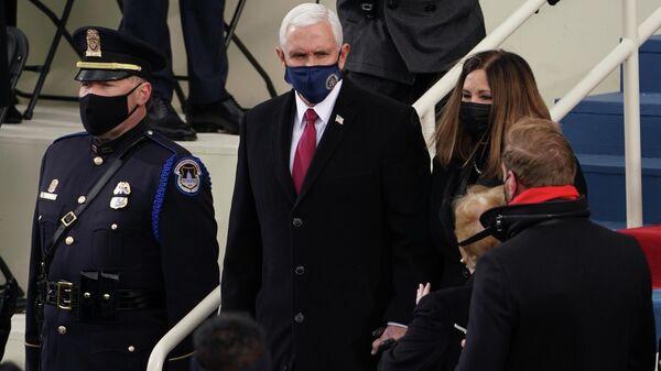 Вице-президент США Майк Пенс и его жена Карен прибывают на инаугурацию Джо Байдена