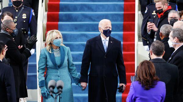 Избранный президент США Джо Байден и его супруга Джилл перед началом инаугурации в Вашингтоне