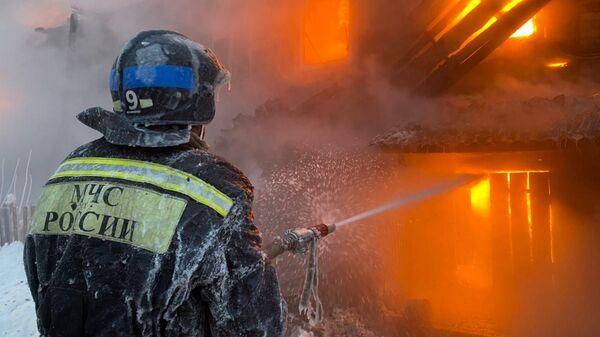 На месте пожара в двухэтажном жилом доме в Уфе