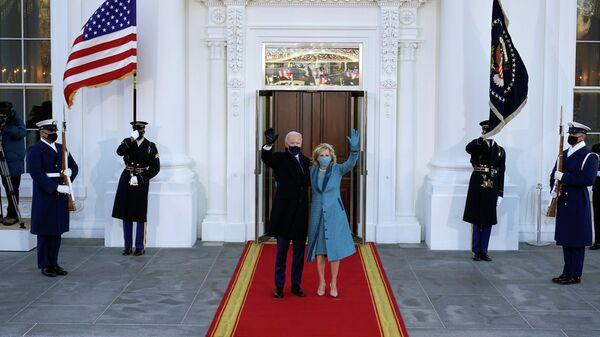 Президент США Джо Байден и первая леди Джилл Байден возле Белого дома в Вашингтоне, округ Колумбия