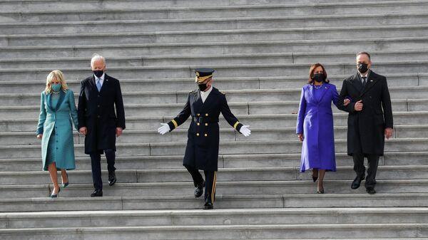 Президент США Джо Байден, первая леди Джилл Байден, вице-президент Камала Харрис и ее муж Дуг Эмхофф спускаются по лестнице после церемонии инаугурации в Вашингтоне
