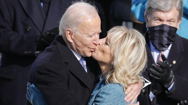 Избранный президент США Джозеф Байден с супругой Джилл Байден после присяги