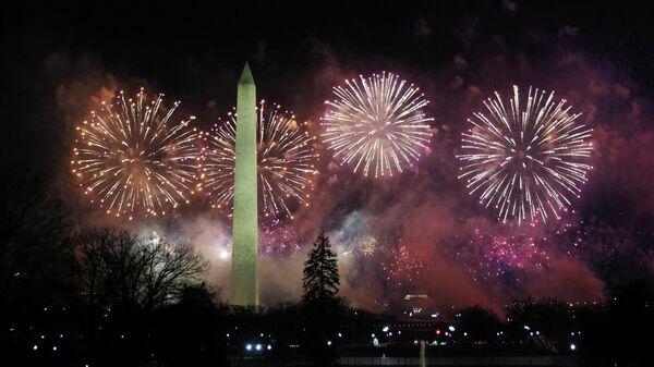 Фейерверк над памятником Вашингтону после инаугурации Джо Байдена