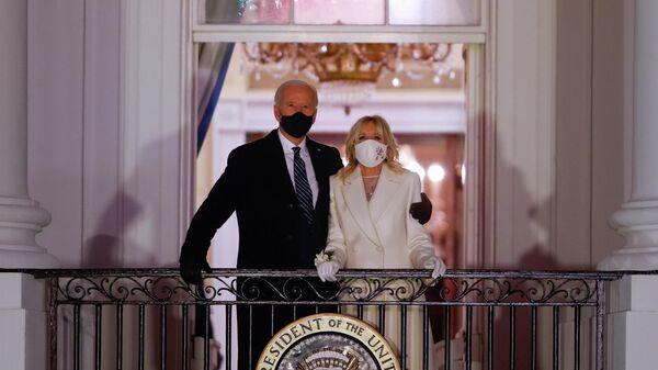 Президент США Джо Байден и первая леди Джилл Байден смотрят фейерверк с балкона Белого дома после его инаугурации в качестве 46-го президента Соединенных Штатов