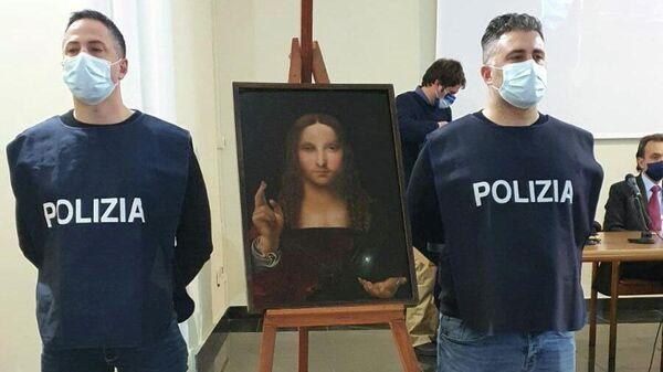 Сотрудники полиции рядом с картиной Леонардо да Винчи Salvator Mundi, найденной после кражи в квартире в Неаполе