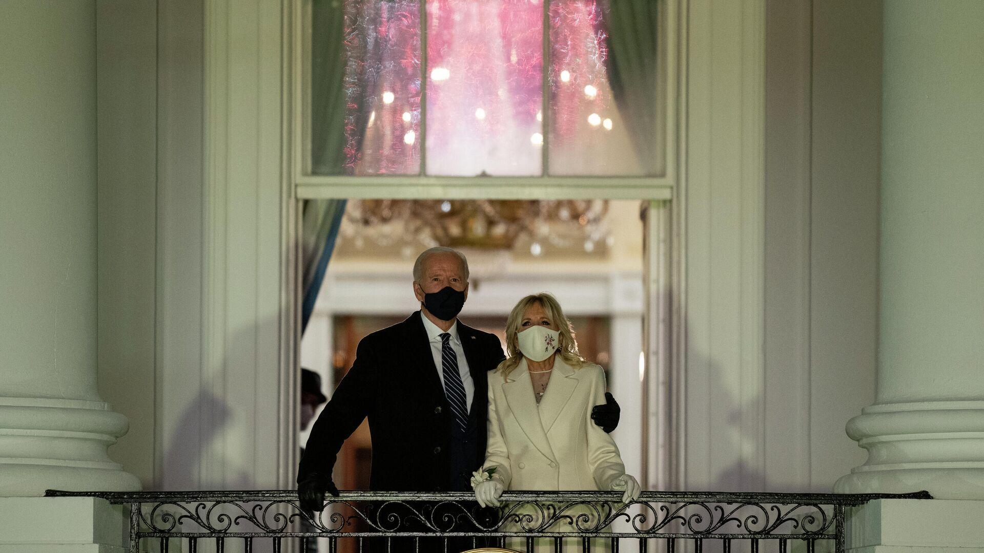 Президент США Джо Байден и первая леди Джилл Байден смотрят фейерверк с балкона Белого дома - РИА Новости, 1920, 21.01.2021