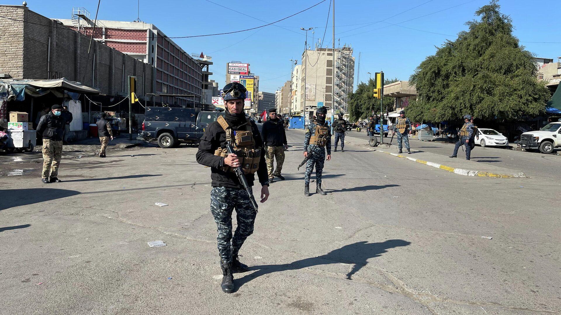 Сотрудники иракских правоохранительных органов недалеко от места теракта в Багдаде - РИА Новости, 1920, 22.01.2021