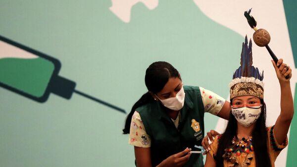 Ванда (Vanderlecia Ortega dos Santos) из племени Уитото во время прививки от коронавируса в Манаусе