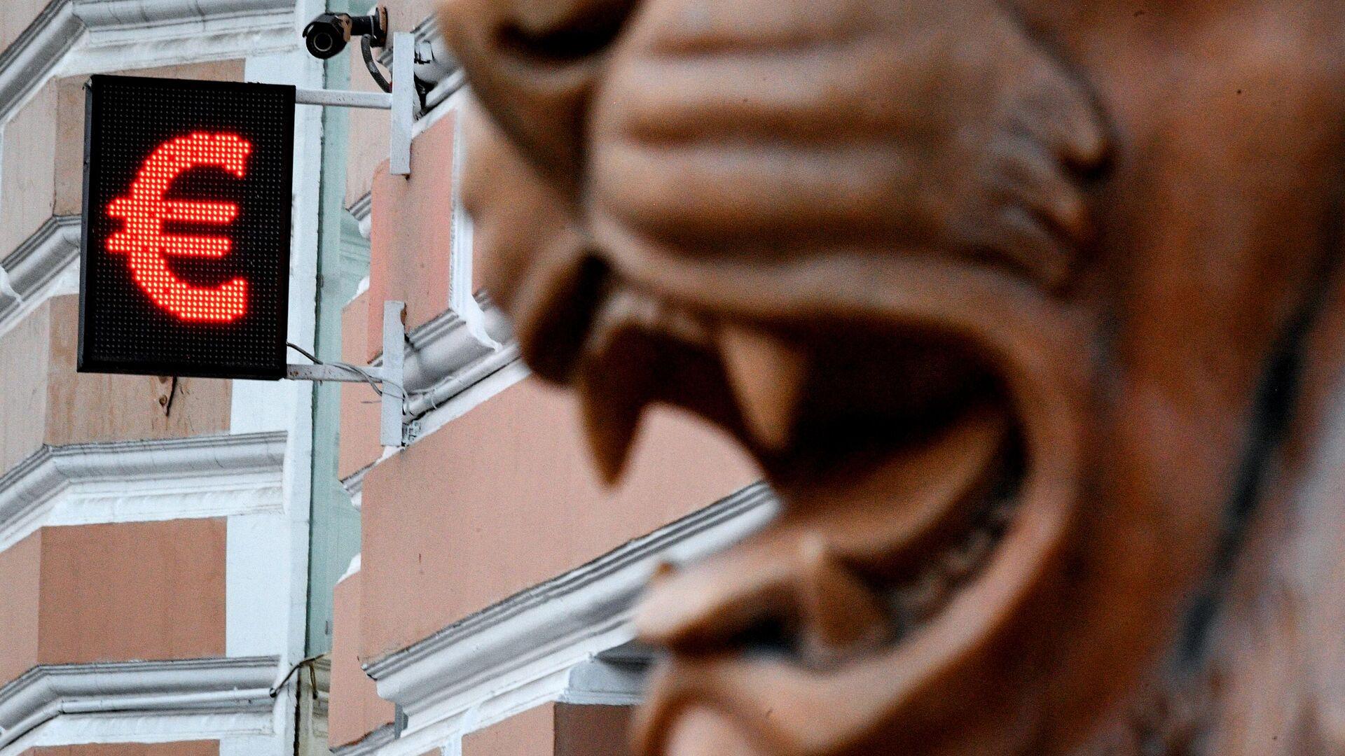 Электронное табло со знаком евро - РИА Новости, 1920, 22.01.2021
